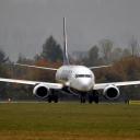 Boeing 737-800 linii Ryanair kołuje do pasa