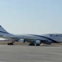 Boeing B-747-400 Izraelskich Linii Lotniczych ElAl nr. rej. 4X-ELA na stojance nr.44 z boku po skosnej.