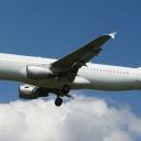 Airbus A-320 White nr. rej. CS-TQS na sciezce znizania RWY33.