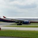 Airbus A-330-300 Aeroflot nr. rej. VQ-BQZ o nazwie ,,Nikolaj Burdenko,, na pasie startowym RWY29