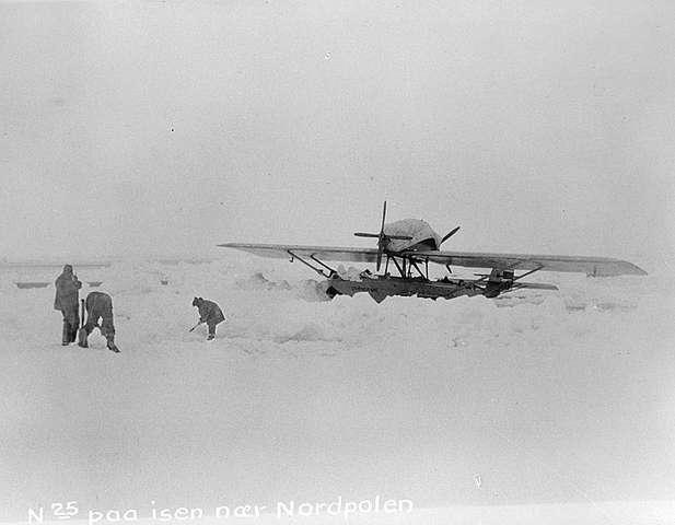 Roald_Amundsen_and_Dornier_near_the_North_Pole