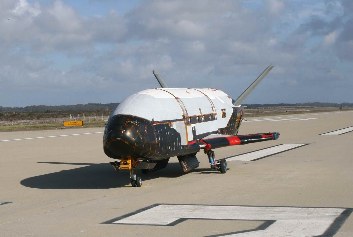 Boeing_X-37B_after_ground_tests_at_Vandenberg_AFB_October_2007