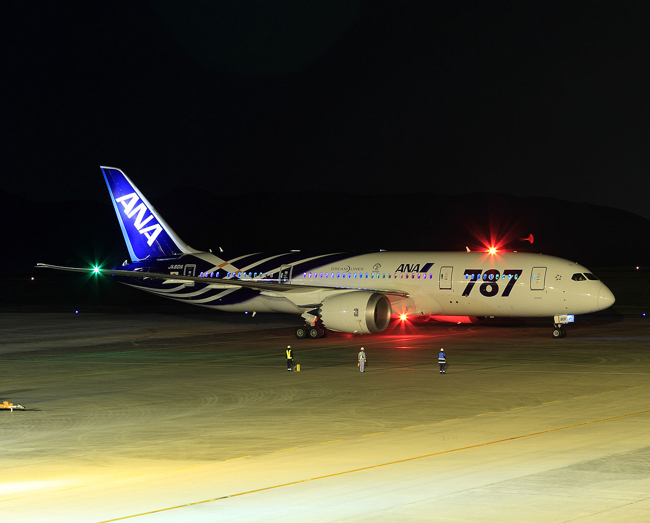 1274px-All_Nippon_Airways_Boeing_787-8_Dreamliner_JA801A_OKJ_Night