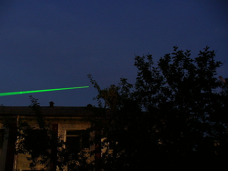 Green_laser_pointer_100mW_night